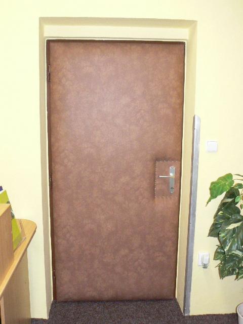 Dveře z obou stran potažené.